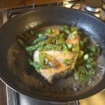 Trancio di salmone con gli asparagi e profumo di whisky
