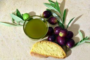Alimenti 10 e lode. Pane e olio: lo spuntino povero dalle mille risorse