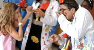 Medici clown a distanza sollevano l'umore dei bambini in terapia