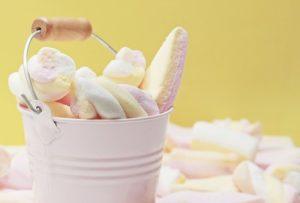 Marshmallow: lasciate perdere! Se consideriamo che un buon prodotto alimentare dovrebbe avere non più di due /tre ingredienti al suo interno, le conclusioni riguardo ai marshmallow vanno da se. Inoltre gli ingredienti presenti in questo ''alimento'' sono tutti dannosi per l'organismo e privi di elementi nutrizionali di cui l'organismo ha bisogno. La raccomandazione è dunque quella di evitare questo tipo di ''alimento'' e consumarlo solo per curiosità, piccolo sfizio ed in via del tutto eccezionale. Un piccolo assaggio non potrà nuocerci sicuramente, un consumo assiduo al contrario potrebbe rivelarsi davvero molto pericoloso.