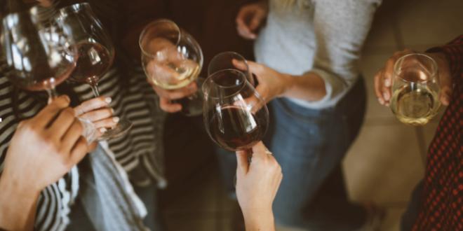 Ritrovarsi alla sera con gli amici, tra giochi, cibo e vino